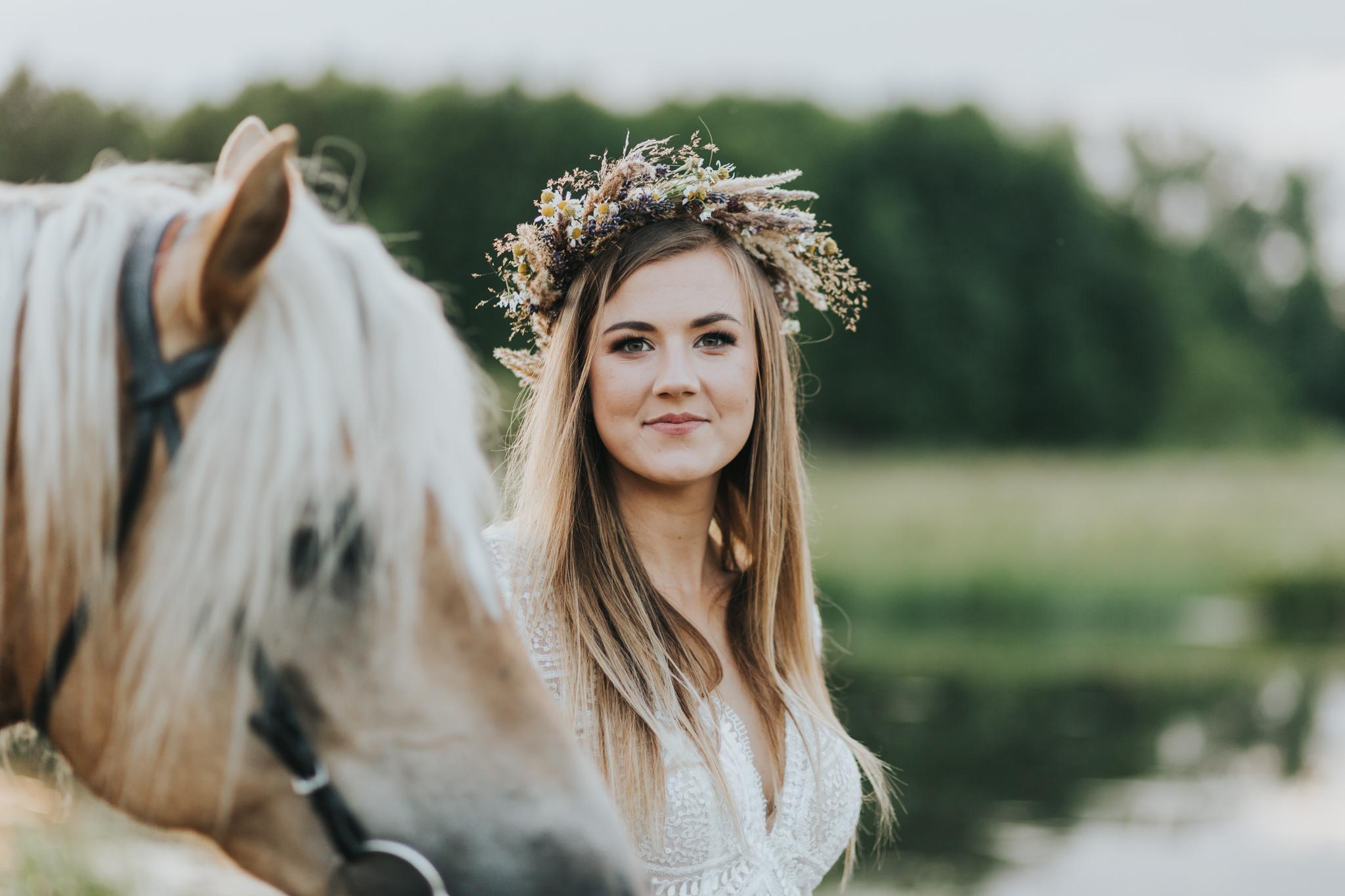portre panny młodej z koniem w stadninie